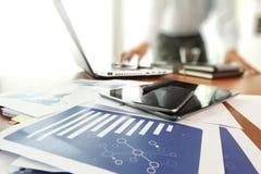 Biznesowi dokumenty na biuro stole z mądrze telefonem obraz stock