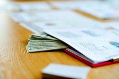 Biznesowi dokumenty, pieniężni wykresy i wykresy na pracy des, zdjęcie stock