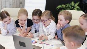 Biznesowi dzieci W kostiumach W biurze Dyskutują projekt Przy stołem zbiory