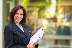 Biznesowi Kobiety Mienia Dokumenty Obrazy Royalty Free