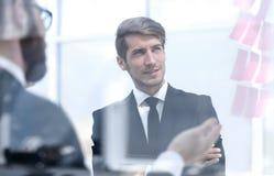 Biznesowi koledzy dyskutuje biznesowe notatki na szkle fotografia royalty free