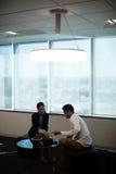Biznesowi koledzy dyskutuje nad dokumentem obrazy stock
