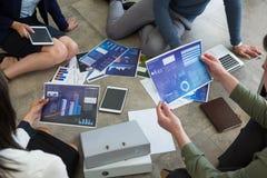 Biznesowi koledzy dyskutuje nad wykresu dokumentem obraz royalty free