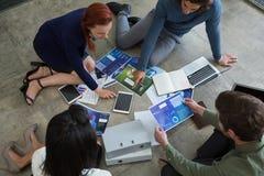 Biznesowi koledzy dyskutuje nad wykresu dokumentem obraz stock