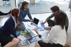Biznesowi koledzy dyskutuje nad wykresu dokumentem obrazy stock