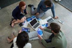Biznesowi koledzy dyskutuje nad wykresu dokumentem zdjęcie stock