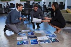 Biznesowi koledzy dyskutuje nad wykresu dokumentem obrazy royalty free