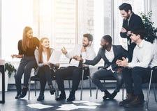 Biznesowi koledzy dyskutuje pomysły przy spotkaniem w biurze zdjęcie stock