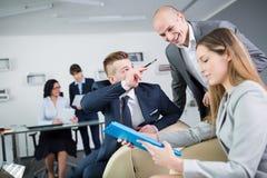 Biznesowi koledzy Dyskutuje W biurze fotografia stock