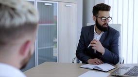 Biznesowi koledzy ma rozmowę o ther pracie w nowożytnym biurze zbiory