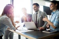 Biznesowi koledzy ma spotkania w sali konferencyjnej w biurze zdjęcia stock