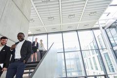Biznesowi koledzy na schodkach w korporacji zdjęcie stock