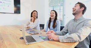 Biznesowi koledzy oddziała wzajemnie z each inny w sala konferencyjnej 4k zbiory