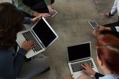 Biznesowi koledzy pracuje na laptopie i cyfrowej pastylce Zdjęcia Stock