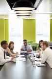 Biznesowi koledzy przy nieformalnym spotkaniem, pionowo zdjęcie stock