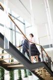 Biznesowi koledzy Rusza się Na piętrze W Nowożytnym biurze zdjęcia stock