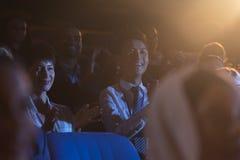 Biznesowi koledzy siedzi prezentację z widownią i ogląda obraz stock