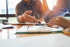 Biznesowi koledzy spotykają ustalać ich obowiązki suma