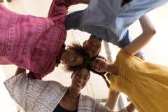 Biznesowi koledzy tworzy skupisko w biurze zdjęcia royalty free