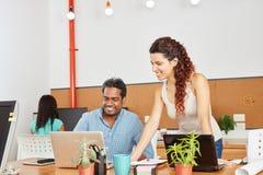 Biznesowi koledzy w coworking przestrzeni zdjęcia stock