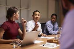 Biznesowi koledzy w dyskusi przy spotkaniem, zamykają up obraz royalty free