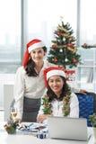 Biznesowi koledzy w Santa kapeluszach Zdjęcia Royalty Free