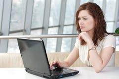 biznesowi laptopu kobiety potomstwa Zdjęcie Royalty Free