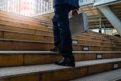 Biznesowi mężczyźni chodzi w mieście fotografia royalty free