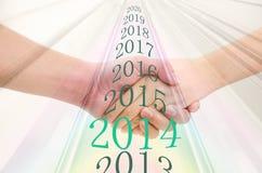 Biznesowi mężczyzna i kobiety trząść ręki i liczbę rok, Zdjęcie Royalty Free