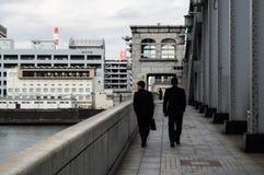 Biznesowi mężczyzna Krzyżuje Kachidoki most w Tokio zdjęcie royalty free