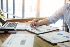 biznesowi mężczyzna pracuje na drewnianym desk& x28; table& x29; z notatnikiem oblicza zdjęcia stock