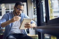Biznesowi mężczyzna w błękitnej koszula zaczyna pracujący dzień w kawiarni Zdjęcia Royalty Free