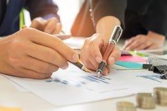 Biznesowi pojęcia, biznesmeni i sekretarki, pracują togeth Zdjęcia Stock