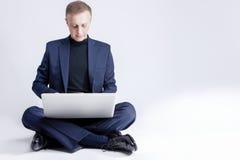 Biznesowi pojęcia i pomysły Zrelaksowana Kaukaska Biznesowego mężczyzna praca Zdjęcie Royalty Free