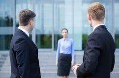 Biznesowi pracownicy bierze przerwę od pracy zdjęcia royalty free