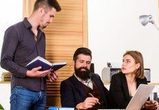 Biznesowi profesjonali?ci Grupa ludzie biznesu pracuje i komunikuje przy biurem Coworkers robi wielkiemu biznesowi obrazy stock