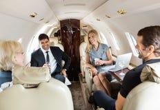 Biznesowi profesjonaliści Ma napoje Na Intymnym Zdjęcia Royalty Free