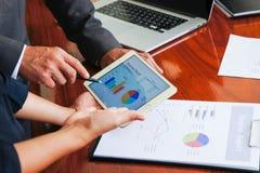 Biznesowi spotkania, dokumenty, sprzedaży analiza, analiza Wynikają Obrazy Royalty Free