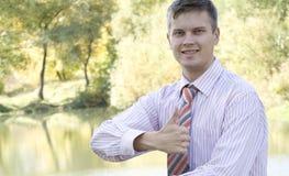 biznesowi szczęśliwi mężczyzna portreta potomstwa zdjęcia stock