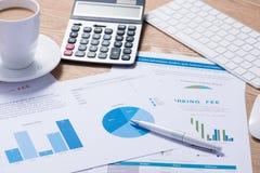 Biznesowi wykresy i mapy na drewnianym biurku z kalkulatorem, c Zdjęcie Stock