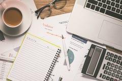 Biznesowi wykresy i mapy na drewnianym biurku z kalkulatorem, c Obraz Royalty Free