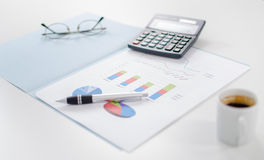 Biznesowi wykresy z niektóre akcesoriami Obrazy Stock