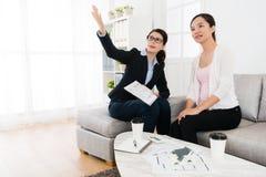Biznesowy agent z klientem odwiedza domowego budynek Obrazy Royalty Free