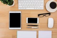Biznesowy biurko z klawiaturą, myszą i piórem, zdjęcie royalty free