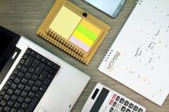 Biznesowy biurowy biurko z pracować rozkład Well uorganizowana pracująca przestrzeń Zdjęcia Stock