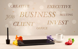 Biznesowy biurowy biurko z writing na ścianie Fotografia Royalty Free