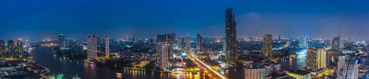 Biznesowy Buduje Bangkok miasta teren przy nocy życiem z transportem Zdjęcie Stock