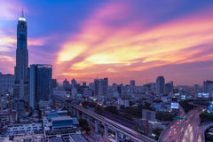 Biznesowy Buduje Bangkok miasta teren przy nocy życiem z transportem Fotografia Stock