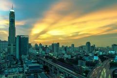 Biznesowy Buduje Bangkok miasta teren przy nocy życiem z transportem Fotografia Royalty Free