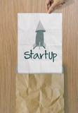 Biznesowy ciągnienie marszczący ręki przedstawienia papierowy słowo zaczyna up Fotografia Stock